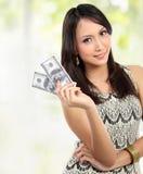 pengar som visar kvinnan Royaltyfri Fotografi