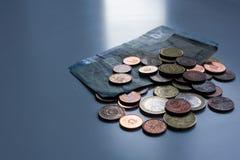 Pengar sover aldrig Kassa p? m?nsken, eurosedlar och mynt p? tabellen M?rk aff?rsid? arkivbilder