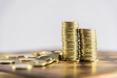 Pengar, stapla av mynt och anmärkningar Royaltyfri Bild
