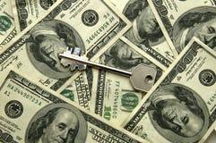 pengar under bordet Arkivfoto