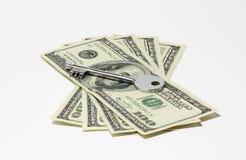 pengar under bordet Royaltyfri Bild