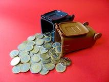 Pengar ut från en ton Arkivbild