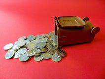 Pengar ut från en ton Arkivfoto