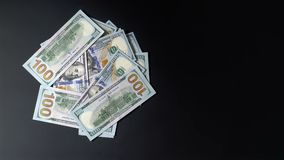 Pengar vänder på en svart bakgrund Dollar rotera Mycket gömställe 4k stock video