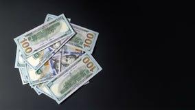 Pengar vänder på en svart bakgrund Dollar rotera Mycket gömställe 4k arkivfilmer