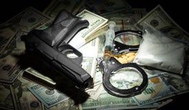 Pengar, vapen och droger arkivfoto