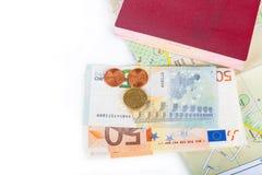 Pengar & x28; Euro& x29; , pass och översikt på en vit bakgrund Utrymme för Fotografering för Bildbyråer