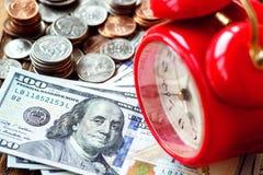 Pengaramerikan hundra dollarräkningar Tid är pengarbegreppet Arkivfoton