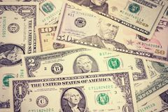 Pengarbakgrund, blandade amerikanska dollarsedlar, räkningar äganderätt för home tangent för affärsidé som guld- ner skyen till T Arkivbilder