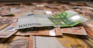 Pengarbakgrund, eurosedlar stänger sig upp arkivbild