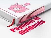 Pengarbegrepp: boka sparbössan med myntet, betalning av utdelningar på vit bakgrund Royaltyfri Bild