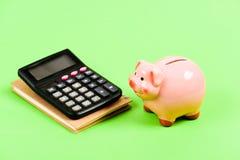 pengarbesparing Redovisning och lönelista moneybox med räknemaskinen Piggy packa ihop huvudstadledning _ finansiellt royaltyfri foto