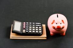 pengarbesparing Redovisning och lönelista moneybox med räknemaskinen Piggy packa ihop planläggning som räknar budgeten Commerece  royaltyfria bilder