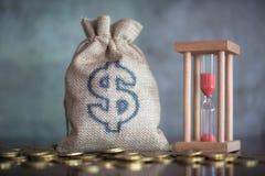 Pengarbesparingar, investering som gör pengar för framtid, finansiellt rikedomledningbegrepp Växa för buntmynt För kassa hampapås royaltyfria bilder