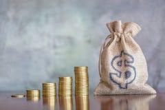 Pengarbesparingar, investering som g?r pengar f?r framtid, finansiellt rikedomledningbegrepp V?xa f?r buntmynt F?r kassa hampap?s royaltyfri foto
