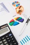 Pengarbesparingbegrepp: kartlägger räknemaskinen, skrivar, pigen. Arkivbilder