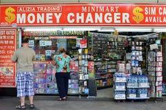 Pengarchangeren shoppar på fruktträdgårdvägen, Singapore Fotografering för Bildbyråer