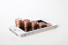 Pengardiagram på smartphone Arkivbild