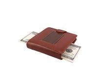 Pengardollar i läderhandväskan som isoleras på vit Arkivbild