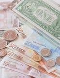 Pengareurosedlar, mynt och oss sedlar Arkivfoton