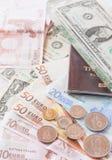 Pengareurosedlar, mynt, oss sedlar och pass Royaltyfri Fotografi
