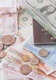 Pengareurosedlar, mynt, oss sedlar och pass Royaltyfria Bilder