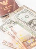 Pengareurosedlar, oss sedlar och pass Royaltyfri Foto
