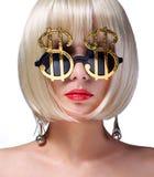 Pengarflicka. Blond modell för mode med guld- solglasögon royaltyfri bild