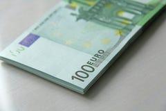 Pengarfoto Pappers- sedeleuro, euro 100 En packe av papper b Arkivfoton