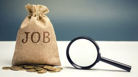 Pengarpåse med ordjobbet och ett förstoringsglas Arbetssökandebegrepp Tillgängliga jobbvakans Hög arbetslöshet _ arkivbild