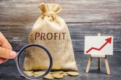 Pengarp?se med ordvinsten och en ?vre pil Begrepp av aff?rsframg?ng, finansiell tillv?xt och rikedom ?ka vinster och arkivbilder