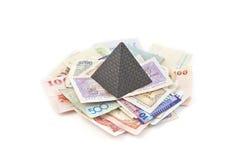 Pengarpyramid på ljus bakgrund Royaltyfri Bild