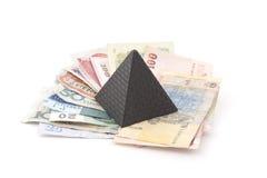 Pengarpyramid på ljus bakgrund Royaltyfria Foton