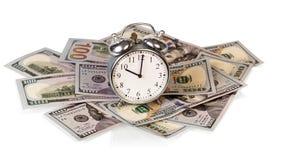 Pengarräkningar med klockan Arkivbild