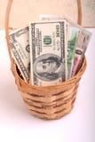 Pengaruppsättning i en korg, dollar, euro Royaltyfri Foto