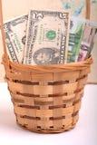 Pengaruppsättning i en korg, dollar, euro Arkivfoton