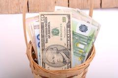 Pengaruppsättning i korg-, dollar-, euro- och ukrainarepengar Arkivfoto