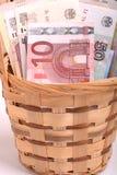 Pengaruppsättning i korg-, dollar-, euro- och ukrainarepengar Royaltyfria Bilder
