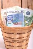 Pengaruppsättning i korg-, dollar-, euro- och ukrainarepengar Arkivbilder