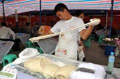 Penghou, Cina: Uomo che produce le tagliatelle Fotografia Stock