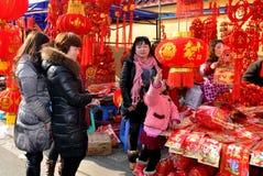 Pengxhou, China: Decoraciones forChinese del Año Nuevo que hacen compras Imagen de archivo libre de regalías