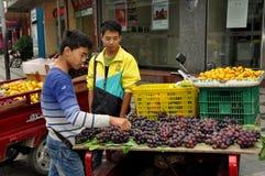 Pengzhou,中国: 出售果子的摊贩 免版税库存图片