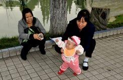 Pengzhou,中国: 有婴孩的母亲 库存照片