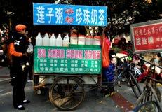 Pengzhou,中国: 牛奶茶食物立场 库存图片