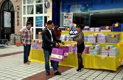 Pengzhou,中国: 采购Mooncakes的人们 库存照片