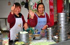 Pengzhou, Κίνα: Γυναίκες που πωλούν τις μπουλέττες Bao Zi Στοκ Φωτογραφία