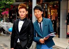 Pengzhou, Κίνα: Δύο κινεζικές νεολαίες που διανέμουν τα ιπτάμενα Στοκ φωτογραφία με δικαίωμα ελεύθερης χρήσης