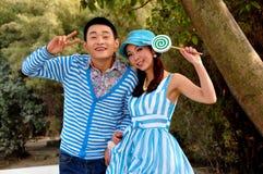 Pengzhou, Κίνα: Δύο μοντέλα μόδας στο βλαστό φωτογραφιών Στοκ Φωτογραφία