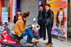 Pengzhou, Κίνα: Κινεζικές νεολαίες που κρεμούν έξω Στοκ φωτογραφία με δικαίωμα ελεύθερης χρήσης