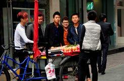 Pengzhou, Κίνα: Νεολαίες που αγοράζουν τα μήλα Στοκ φωτογραφία με δικαίωμα ελεύθερης χρήσης